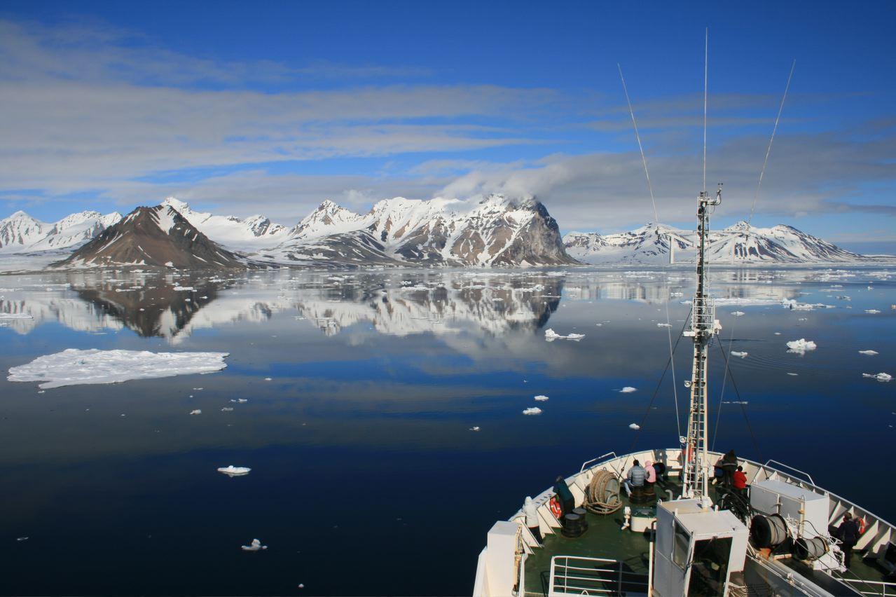 View the full sized picture of Hornsund Spitsbergen as it is amazing.: www.gordon-yates.com/2008/07/10/spitsbergen-voyage